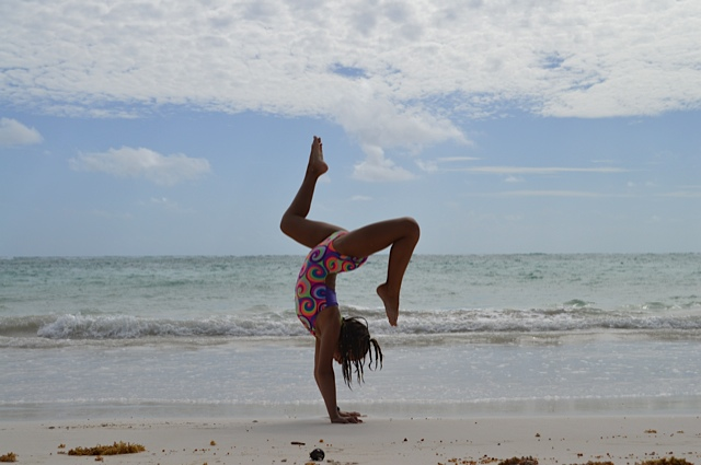 zara-handstand-split-back